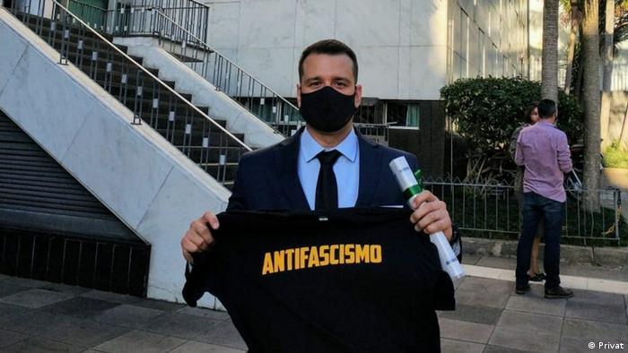 O policial de 40 anos, de Porto Alegre, é um antifascista declarado. Sua posição política é abertamente conhecida nas redes sociais
