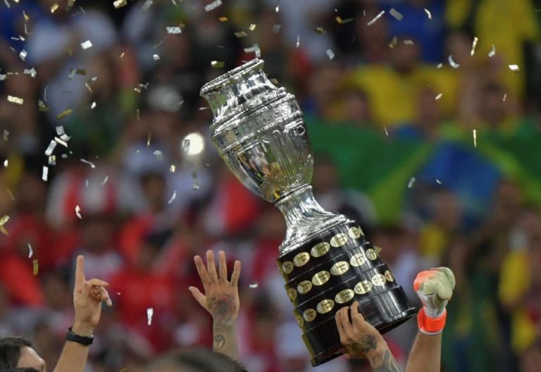 Jogadores da Seleção Brasileira levantam a Copa América 2019 após derrotar o Peru na final no Maracanã no dia 7 de julho de 2019