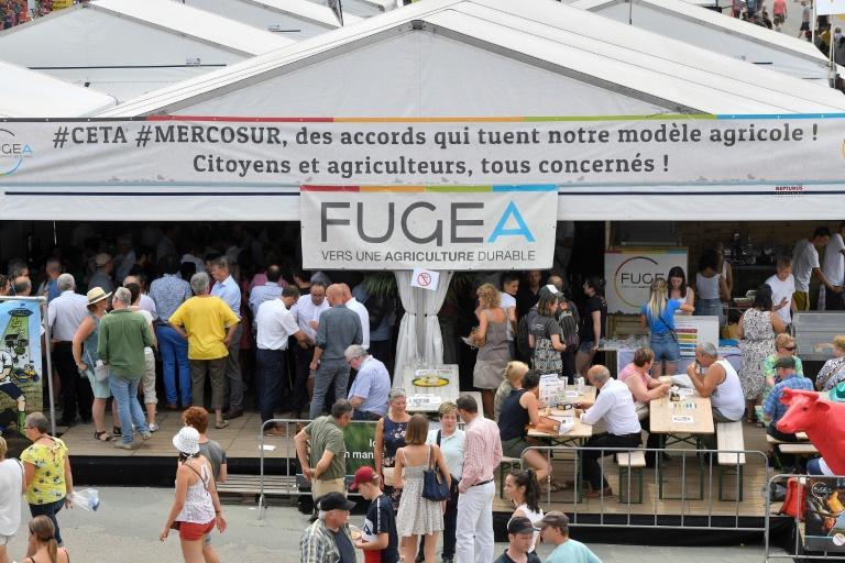 Cartaz instalado em feira agrícola na Bélgica, em 2019, repudia o acordo entre União Europeia e Mercosul