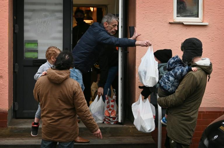 Mark Butcher, pastor e voluntário do Amazing Graze Soup Kitchen distribui comida em Blackpool