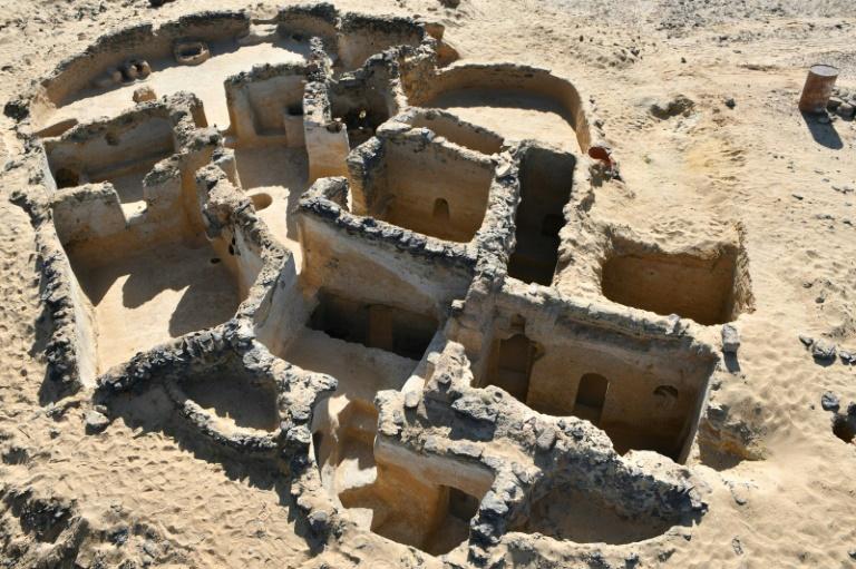 Imagem fornecida pelo ministério do Turismo e das Antiguidades do Egito mostra os restos de antigos edifícios cristãos encontrados