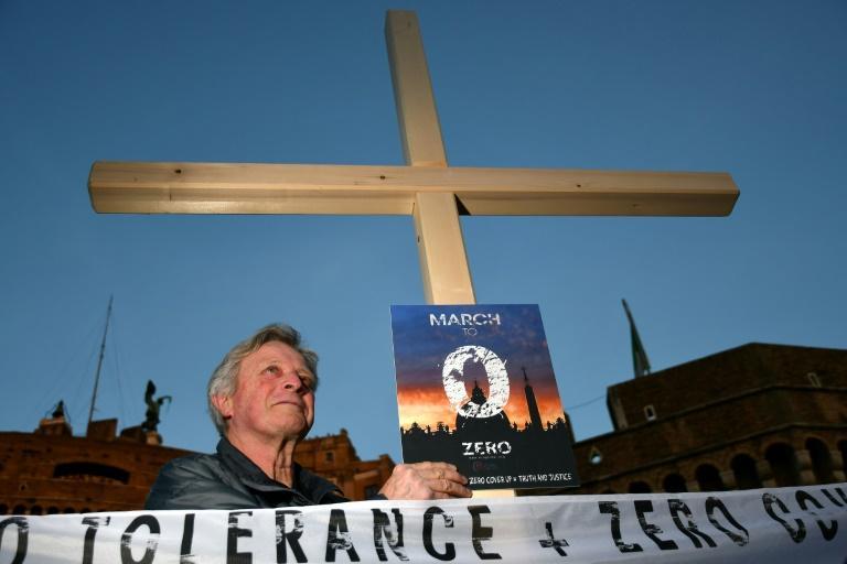 Manifestação da 'Ending Clergy Abuse' (ECA), organização de sobreviventes e ativistas que monitora a crise dos abusos sexuais dentro da Igreja Católica