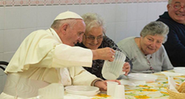 Papa Francisco almoça com pobres atendidos pela Igreja Católica em Florença, Itália, em 2015 (Vatican Media)