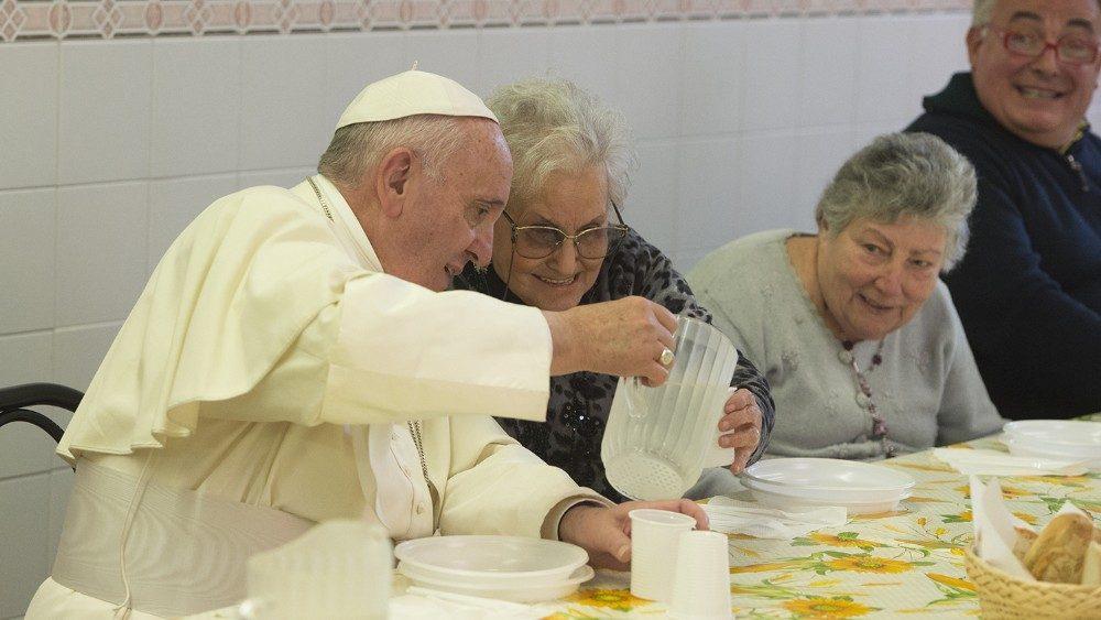 Papa Francisco almoça com pobres atendidos pela Igreja Católica em Florença, Itália, em 2015