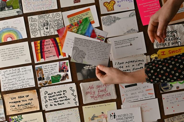 Eleanor Tattersfield mostra os cartões postais nos quais os britânicos escreveram seus segredos de confinamento, em 22 de março de 2021 em Londres