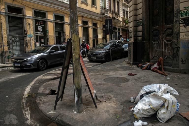 Homem dorme em rua do Rio de Janeiro, dezembro de 2020