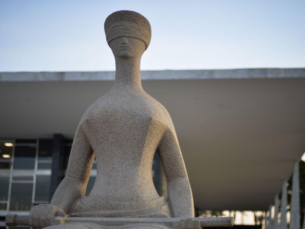 Fachada do Supremo Tribunal Federal (STF) com estátua A Justiça, de Alfredo Ceschiatti, em primeiro plano