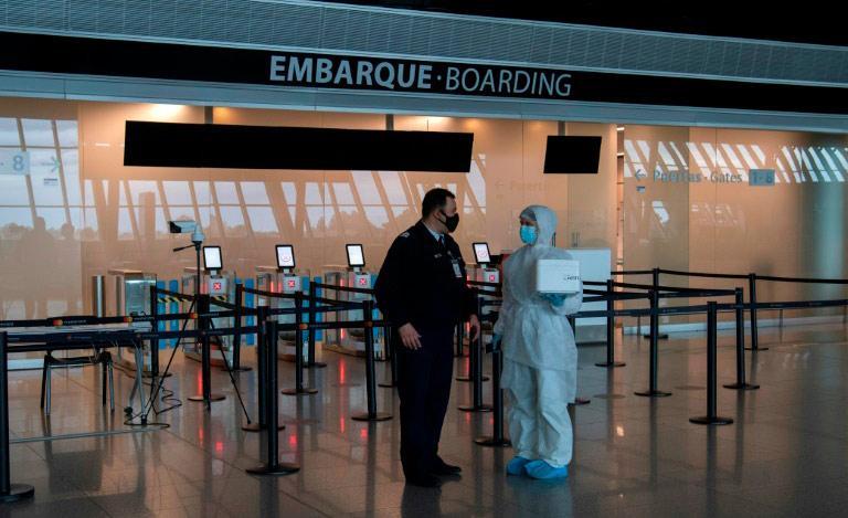 Nos aeroportos, todos são obrigados a realizar testes de Covid-19