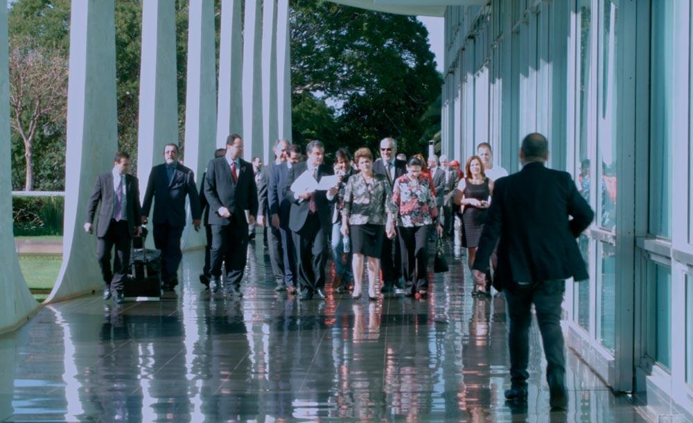 'Alvorada', de Anna Muylaert e Lo Politi retrata o dia a dia de Dilma Rousseff na Presidência