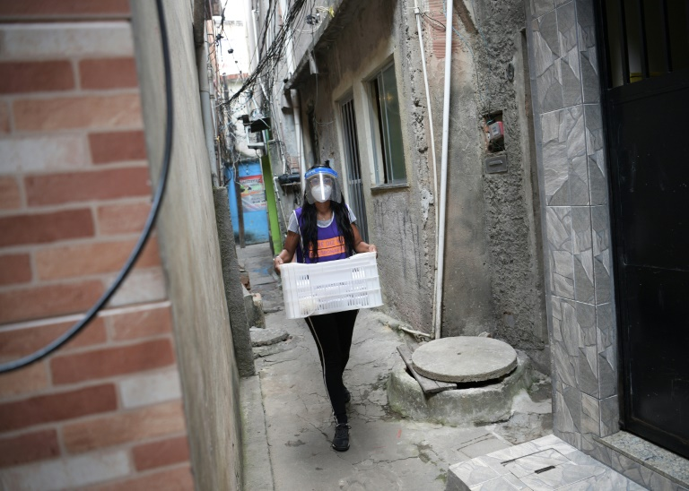 Priscilla Ribeiro de Jesus, a ONG Redes da Maré, distribui alimimentos e kits sanitários a pessoas infectadas com a covid-19 na favela da Maré, zona norte do Rio de Janeiro, em 25 de março de 2021