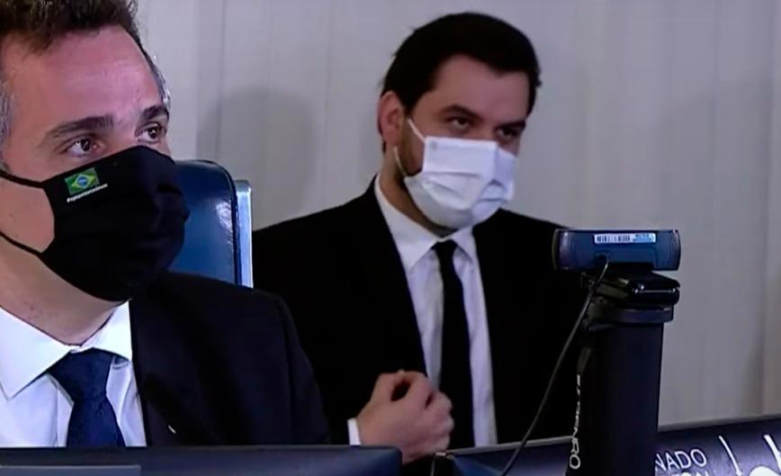 Gesto foi feito enquanto o presidente do Senado questionava o chanceler Ernesto Araújo