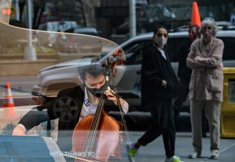 O violoncelista Michael Katz e o pianista Spencer Myer tocam de uma caixa de vidro vazia em Nova York