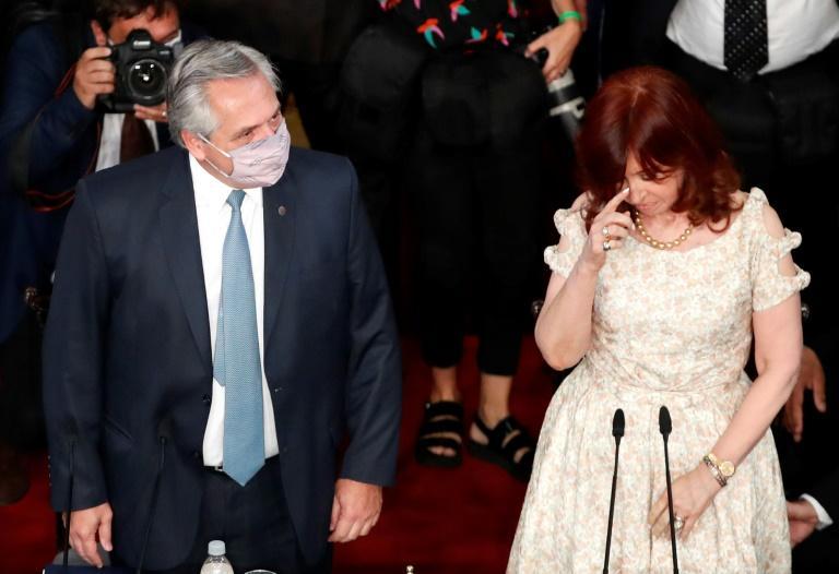 O presidente argentino, Alberto Fernández (E), chega acompanhado se sua vice, Cristina Kirchner, ao Congresso argentino para fazer o discurso anual à Nação na abertura das sessões no Legislativo, em Buenos Aires, em 1º de março de 2021