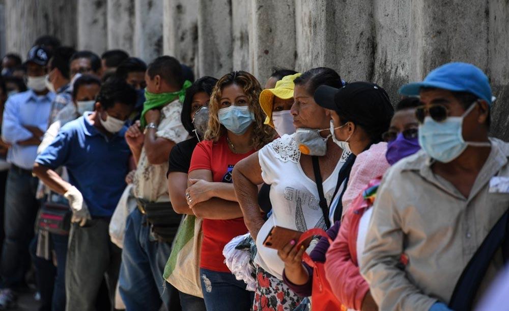 Fila de salvadorenhos diante de banco para receber auxílio emergencial