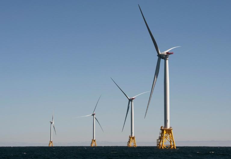 Moinhos do parque eólico em frente à costas de Rhode Island inaugurado em 2016, o único dos EUA