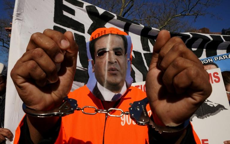 Manifestante comemora a sentença de cadeia perpétua do irmão do presidente de Honduras, Juan Orlando Hernández, em 30 de março de 2021