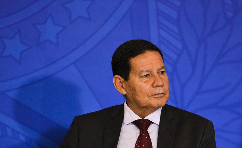 O general Hamilton Mourão tem discordado de posturas do presidente Bolsonaro, mas evita críticas diretas