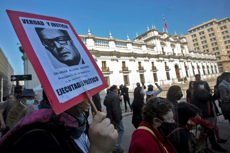 Um ativista segura um cartaz em memória do ex-presidente chileno Salvador Allende em Santiago
