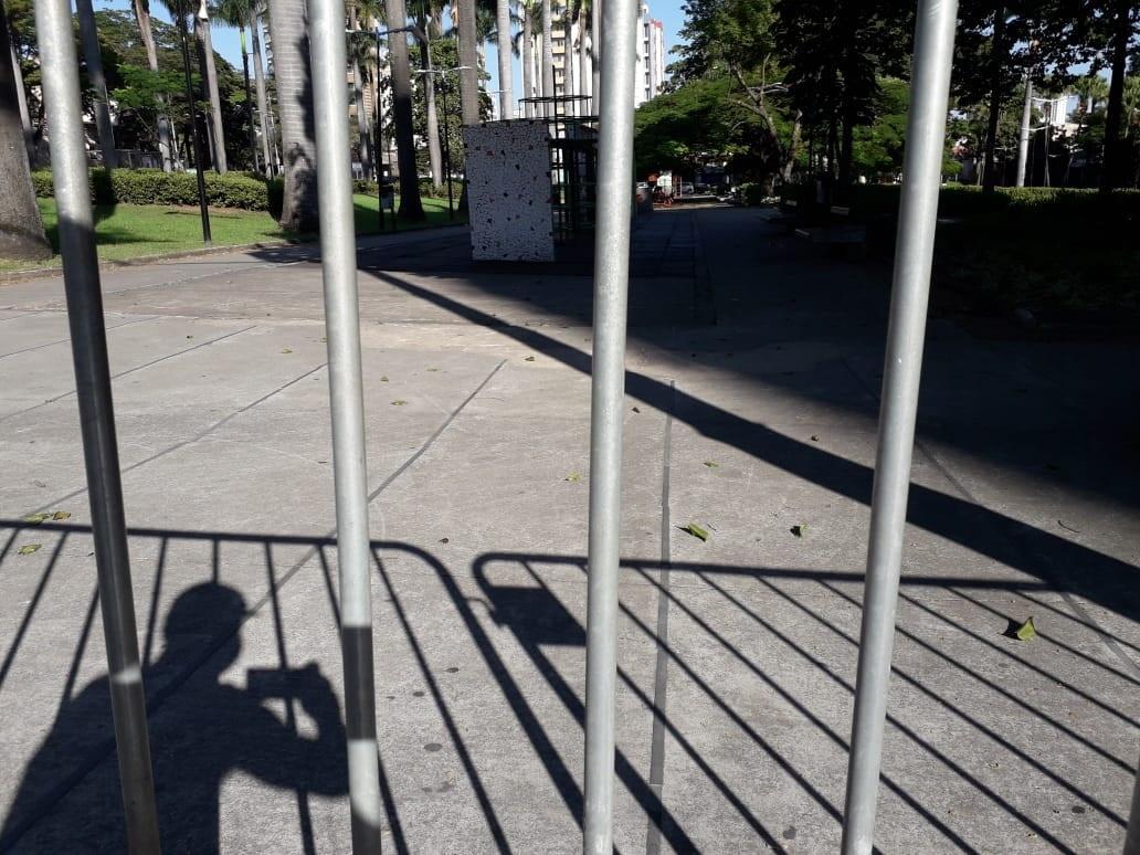Praça Floriano Peixoto, na zona Leste de BH, foi fechada em razão do agravamento da pandemia