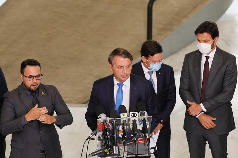 Presidente volta a criticar medidas contra a doença que já matou mais de 300 mil brasileiros