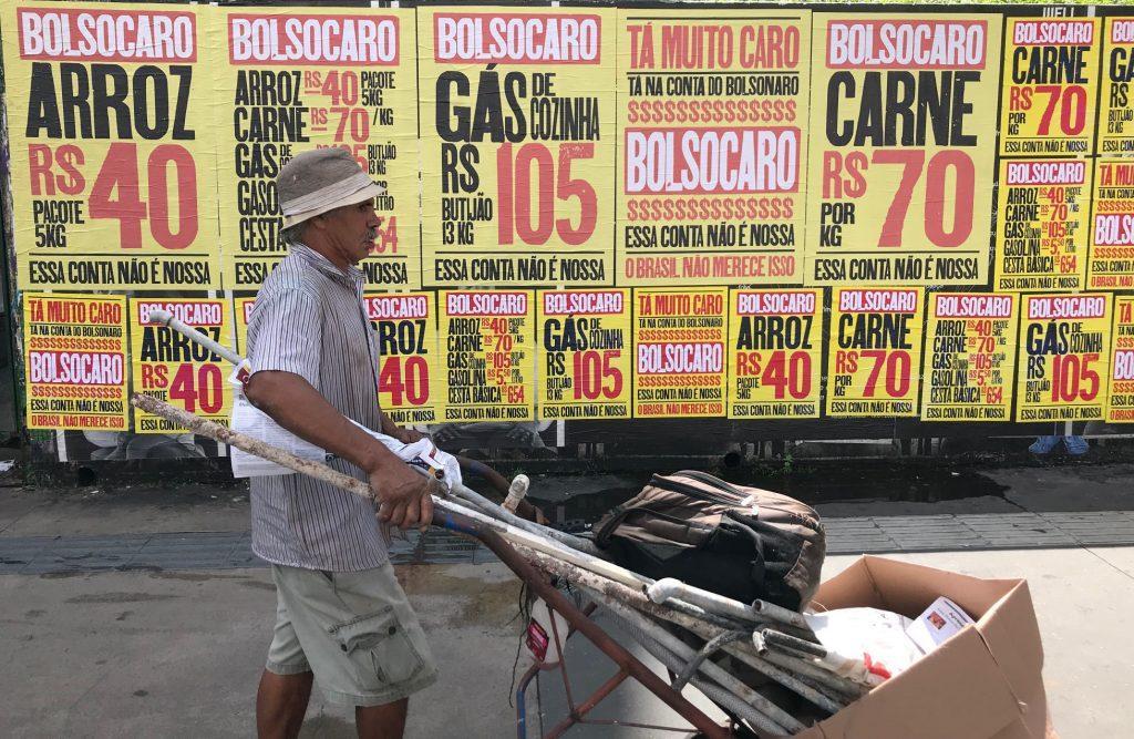 Cartazes lambe lambe com a mensagem  'Tá caro Bolsonaro' na Avenida Paulista, São Paulo, SP, em 01 de março de 2021
