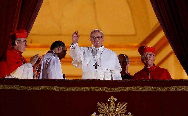 O papa Francisco aparece pela primeira vez na varanda central da Basílica de São Pedro no Vaticano em 13 de março de 2013