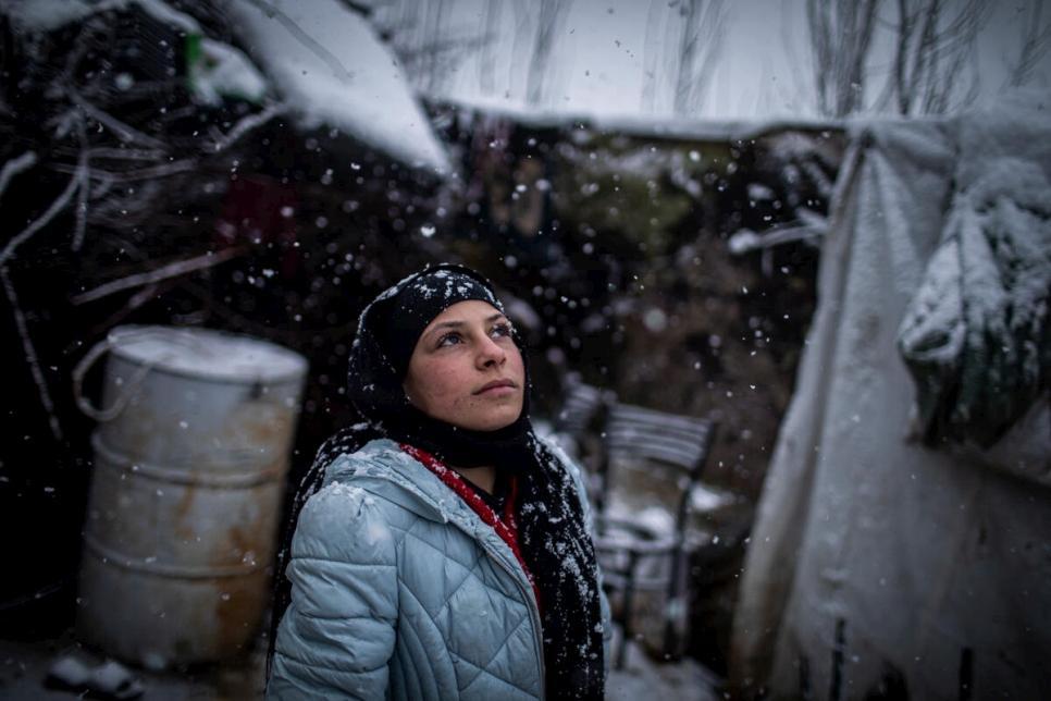 Uma jovem refugiada síria do lado de fora de sua casa em um acampamento informal no Vale Beqaa, no Líbano