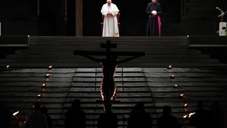 Um momento da Via Sacra do Papa no átrio de São Pedro, em 2020