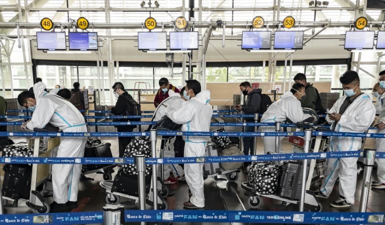 Passageiros com equipamentos de proteção aguardam no aeroporto internacional Arturo Merino Benítez, em Santiago, Chile, em 1º de abril de 2021