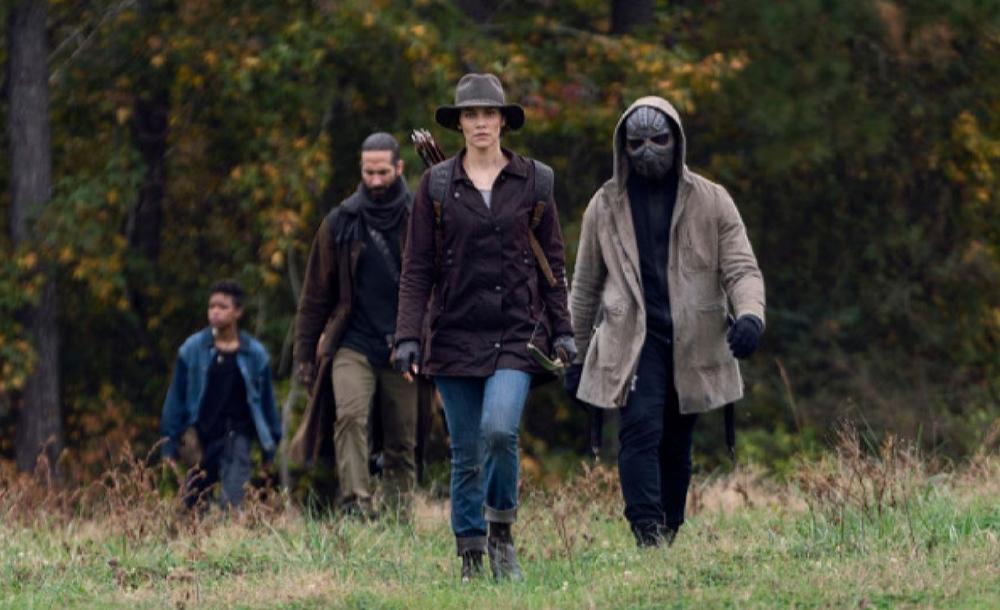 The Walking Dead segue as aventuras de um grupo de humanos que sobreviveram a uma catástrofe desencadeada por um vírus que transforma os mortos em zumbis altamente contagiosos e famintos por carne humana