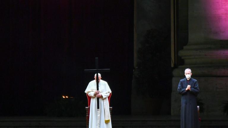 O papa Francisco preside a celebração da Via Crucis na praça de São Pedro, no Vaticano, em 2 de abril de 2021