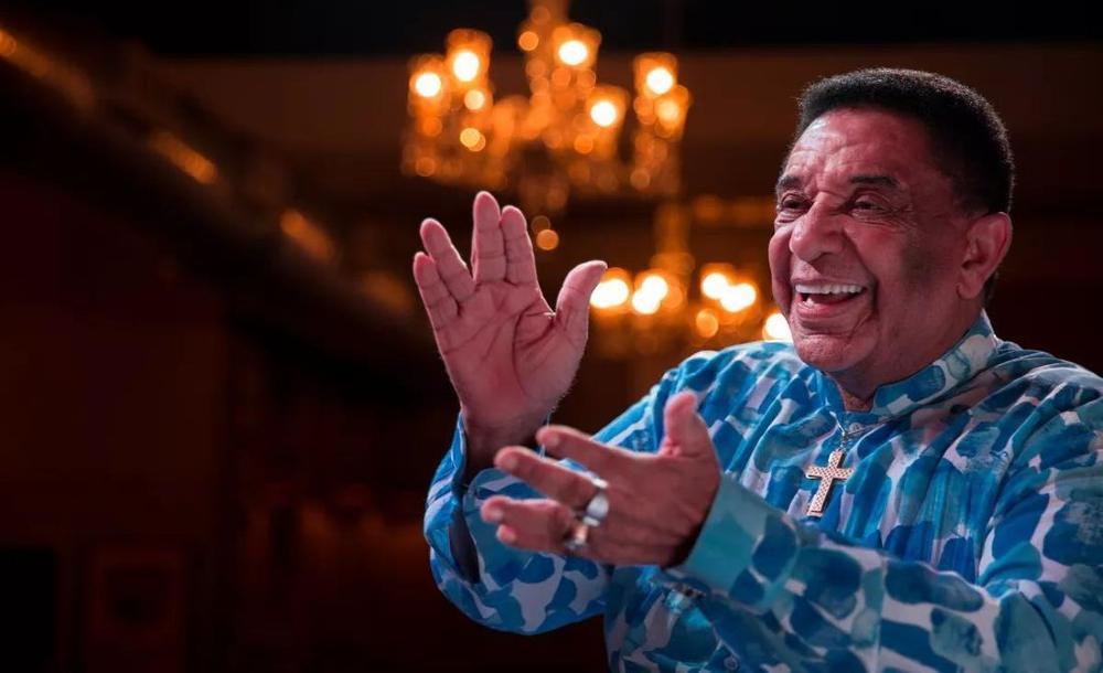 Agnaldo Timóteo foi uma das maiores vozes influenciadas pelo canto da chamada Era do Rádio. Seu contato com os ídolos via Rádio Nacional e Mayrink Veiga começa ainda na cidade mineira de Caratinga, onde nasceu em 1936 e passou toda a sua infância