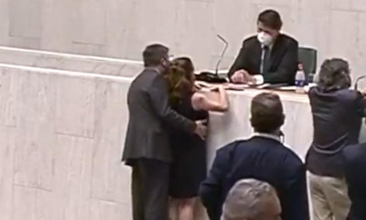 Momento em que a deputada Isa Penna é apalpada pelo deputado Fernando Cury no plenário da Alesp