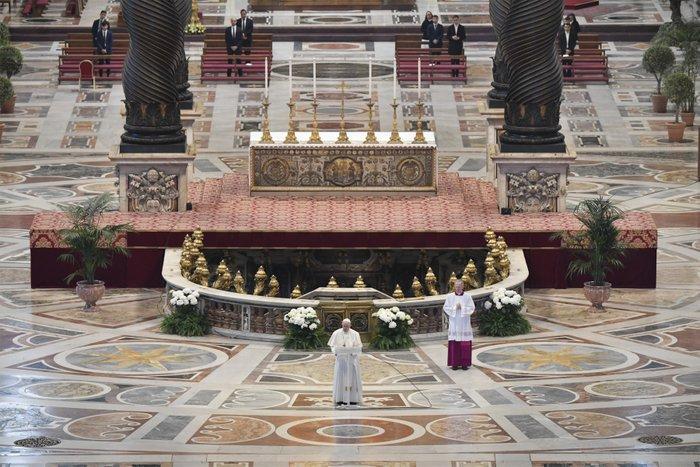 Papa Francisco celebra a missa do Domingo de Páscoa com portas fechadas na Basílica de São Pedro no Vaticano