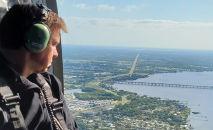 O governador da Flórida, Ron DeSantis, faz voo de reconhecimento por área afetada (Handout/AFP)