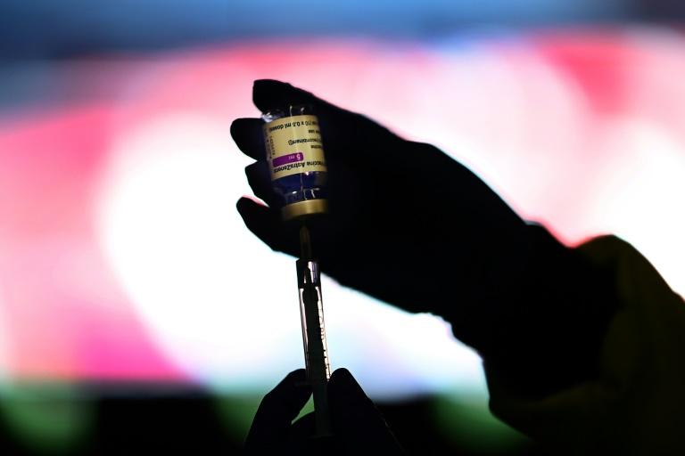Enfermeiro prepara dose do fármaco da AstraZeneca em centro de vacinação no estádio Wanda Metropolitano, em Madri