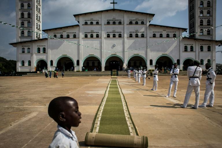 Fiéis kimbanguistas aguardam diante do templo de Nkamba em 25 de maio de 2017, na República Democrática do Congo