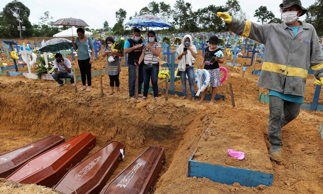 Parentes de vítimas da Covid-19 acompanham sepultamento em Manaus