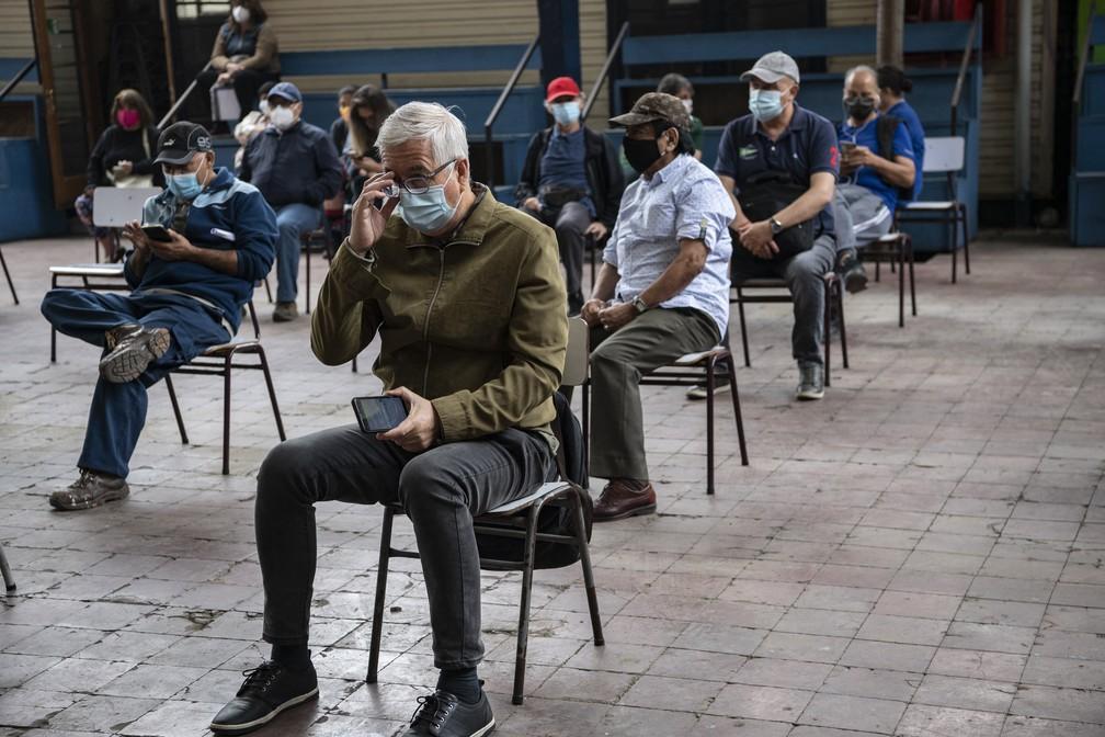 Professores aguardam para receber dose da CoronaVac em centro de vacinação em Santiago, no Chile, no dia 15 de fevereiro