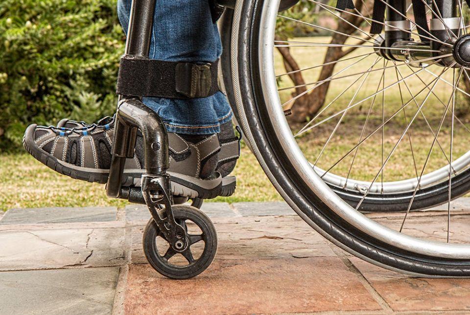 Muitas igrejas não têm entradas acessíveis à pessoas cadeirantes