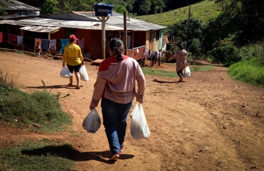 Diante da situação de barbárie, grupos se mobilizam para ajudar os mais necessitados. Na foto, MST faz doação de alimentos em Catanduvas, PR