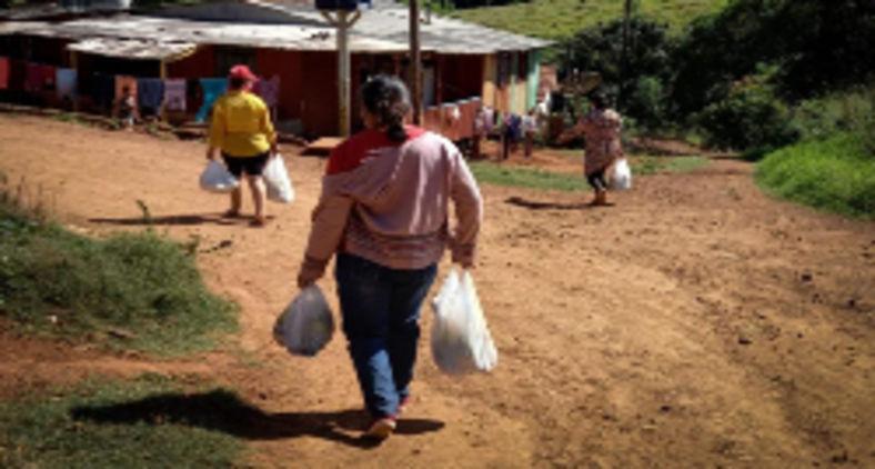 Diante da situação de barbárie, grupos se mobilizam para ajudar os mais necessitados. Na foto, MST faz doação de alimentos em Catanduvas, PR (Daniel Rodrigues MST PR)