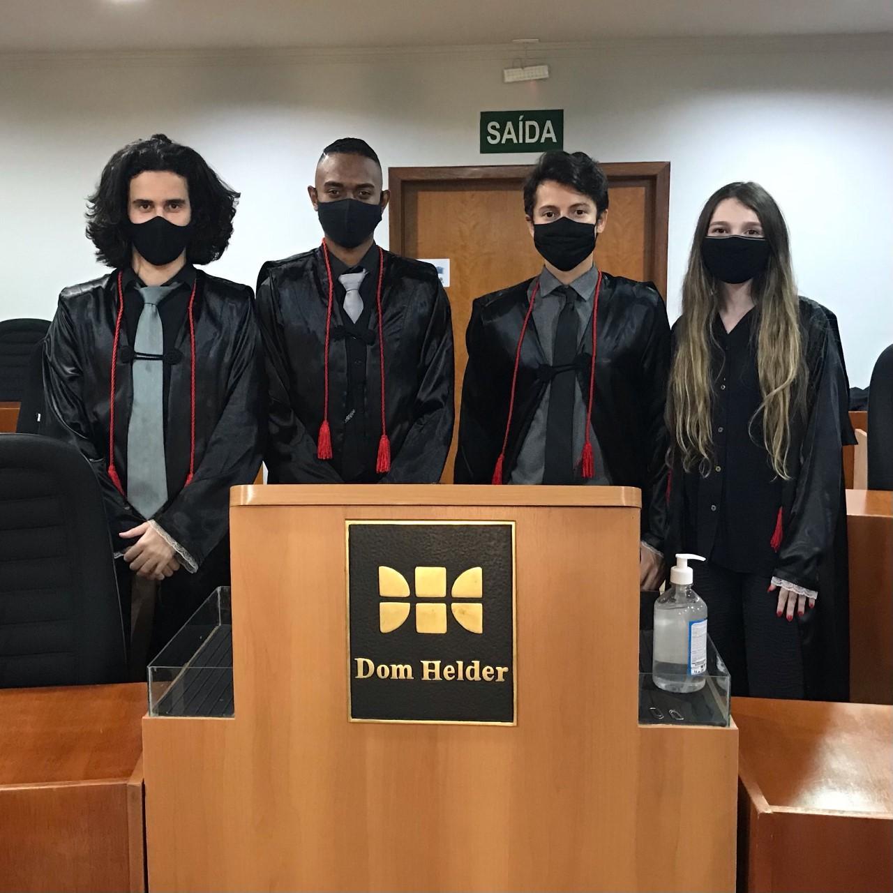 Equipe 8 da Dom Helder em sua apresentação