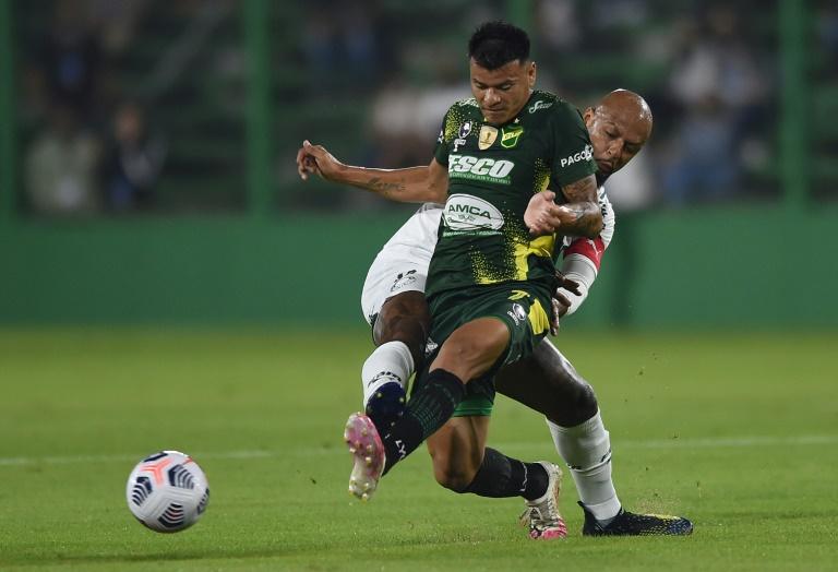 Felipe Melo, do Palmeiras, e Walter Bou, do Defensa y Justicia, disputam a bola durante a partida da Recopa sul-americana, em Florencio Varela, na província de Buenos Aires, no dia 7 de abril de 2021