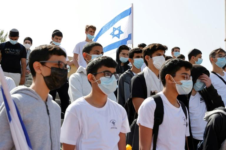 Estudantes e professores da escola Bar Ilan, em Netanya, respeitam dois minutos de silêncio no dia de recordação do Holocausto