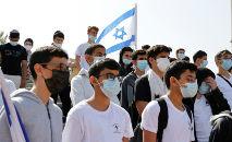 Estudantes e professores da escola Bar Ilan, em Netanya, respeitam dois minutos de silêncio no dia de recordação do Holocausto (Jack Guez/AFP)