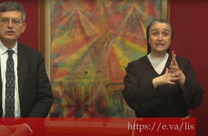 Paolo Ruffini, chefe do departamento de comunicações do Vaticano, e a irmã Veronica Donatello, chefe do Serviço Nacional dos Bispos italianos para a Pastoral das Pessoas com Deficiências, anunciam os novos canais de linguagem de sinais do Vaticano