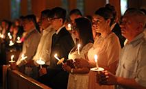 Catecúmenos seguram velas durante a Vigília Pascal de 31 de março na Igreja de St. Hugh of Lincoln em Huntington Station, N.Y. (CNS photo/Gregory A. Shemitz)