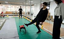Un employé de la société de technologie Weilan commande  un robochien le 2 avril 2021 dans l'atelier de l'entreprise à Nankin (WANG ZHAO/AFP)