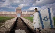A marcha virtual foi criada filmando individualmente cada participante apresentado em uma tela verde em diferentes locais ao redor do mundo e, em seguida, combinando essas gravações com um pano de fundo digitalizado de Auschwitz e Birkenau (DW)